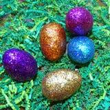 Ovos da páscoa do brilho na grama verde Foto de Stock