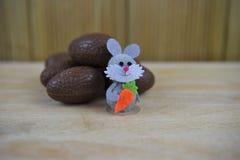 Ovos da páscoa do chocolate com a decoração feliz pequena do coelho de coelho fotos de stock royalty free