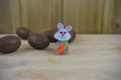 Ovos da páscoa do chocolate com a decoração feliz pequena do coelho de coelho imagem de stock