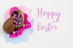 Ovos da páscoa do chocolate no fundo branco com mensagem Vista superior Fotos de Stock Royalty Free