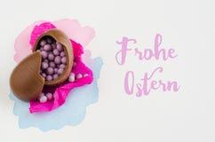 Ovos da páscoa do chocolate no fundo branco com mensagem Vista superior Fotografia de Stock Royalty Free