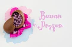 Ovos da páscoa do chocolate no fundo branco com mensagem Vista superior Foto de Stock Royalty Free