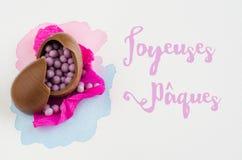 Ovos da páscoa do chocolate no fundo branco com mensagem Vista superior Fotografia de Stock