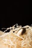 Ovos da páscoa do ouro em um fundo preto imagens de stock