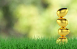Ovos da páscoa dourados na grama verde fresca 3d rendem Fotos de Stock