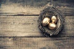 Ovos da páscoa dourados no vintage do ninho dos pássaros tonificado imagem de stock royalty free