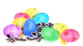 Ovos da páscoa e bichano-salgueiro coloridos no fundo branco Fotografia de Stock