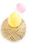 Ovos da páscoa e bola de rolamento da corda do cânhamo isolada no branco Fotos de Stock