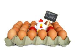 Ovos da páscoa e brinquedo da galinha na caixa de ovo Foto de Stock Royalty Free