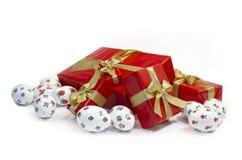 Ovos da páscoa e caixas de presentes fotos de stock