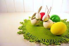Ovos da páscoa e coelhinho da Páscoa branco da porcelana fotos de stock