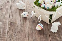 Ovos da páscoa e coelhinhos da Páscoa Imagens de Stock