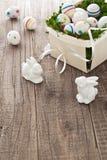 Ovos da páscoa e coelhinhos da Páscoa Fotografia de Stock Royalty Free