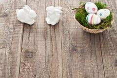 Ovos da páscoa e coelhinhos da Páscoa Fotos de Stock