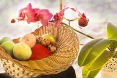 Ovos da Páscoa e de codorniz em uma cesta de vime com Fotografia de Stock Royalty Free