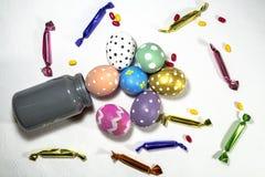 Ovos da páscoa e doces Fotografia de Stock