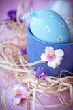 Ovos da páscoa e flores Imagens de Stock Royalty Free