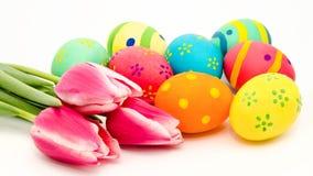 Ovos da páscoa e flores coloridos fotografia de stock royalty free