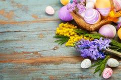 Ovos da páscoa e flores da mola Imagens de Stock