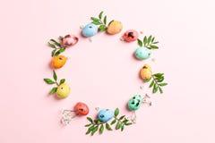 Ovos da páscoa e flores decorativos no fundo branco, espaço para o texto fotografia de stock