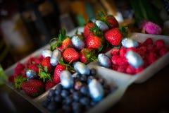 Ovos da páscoa e fruto imagens de stock