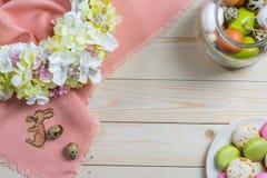 Ovos da páscoa e macarons Fotografia de Stock