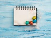 Ovos da páscoa e página coloridos, brilhantes do bloco de desenho foto de stock
