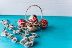 Ovos da páscoa e ramo dos galhos Fotografia de Stock