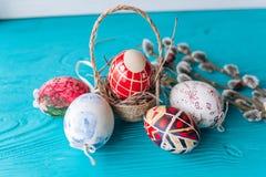 Ovos da páscoa e ramo dos galhos Imagens de Stock