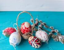 Ovos da páscoa e ramo dos galhos Fotos de Stock