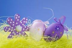 Ovos da páscoa e símbolo na grama Imagens de Stock Royalty Free