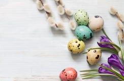 Ovos da páscoa e sumário floral no fundo de madeira Imagens de Stock Royalty Free