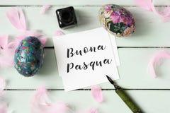 Ovos da páscoa e texto easter feliz no italiano foto de stock
