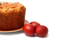 Ovos da páscoa e torta vermelhos fotografia de stock