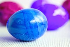 Ovos da páscoa em cores diferentes Imagens de Stock Royalty Free