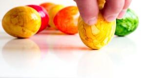 Ovos da páscoa em cores diferentes Imagens de Stock