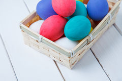 Ovos da páscoa em de madeira na caixa do vintage Imagens de Stock Royalty Free