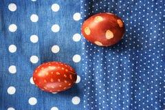 Ovos da páscoa em materijal azul fotografia de stock