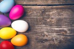 Ovos da páscoa em placas idosas Fotografia de Stock