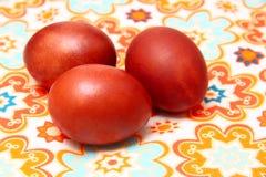 Ovos da páscoa em toalhas de mesa coloridas fotografia de stock