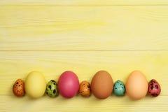 Ovos da páscoa em um fundo amarelo Com espaço para o texto Fotografia de Stock Royalty Free