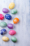 Ovos da páscoa em um fundo azul Imagem de Stock