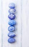 Ovos da páscoa em um fundo azul Fotos de Stock