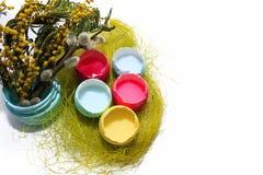 Ovos da páscoa em um fundo branco e em um galho do salgueiro e da mimosa foto de stock royalty free