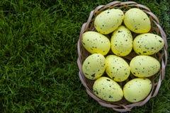 Ovos da páscoa em um fundo da grama Fotografia de Stock