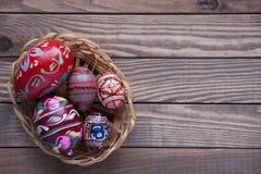 Ovos da páscoa em um fundo de madeira Imagem de Stock