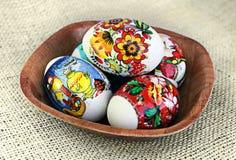Ovos da páscoa em uma bacia Imagem de Stock Royalty Free