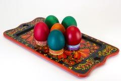 Ovos da páscoa em uma bandeja. Fotos de Stock