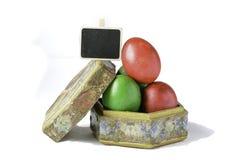 Ovos da páscoa em uma caixa feito a mão isolada no branco Imagens de Stock Royalty Free