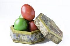 Ovos da páscoa em uma caixa feito a mão isolada no branco Imagens de Stock